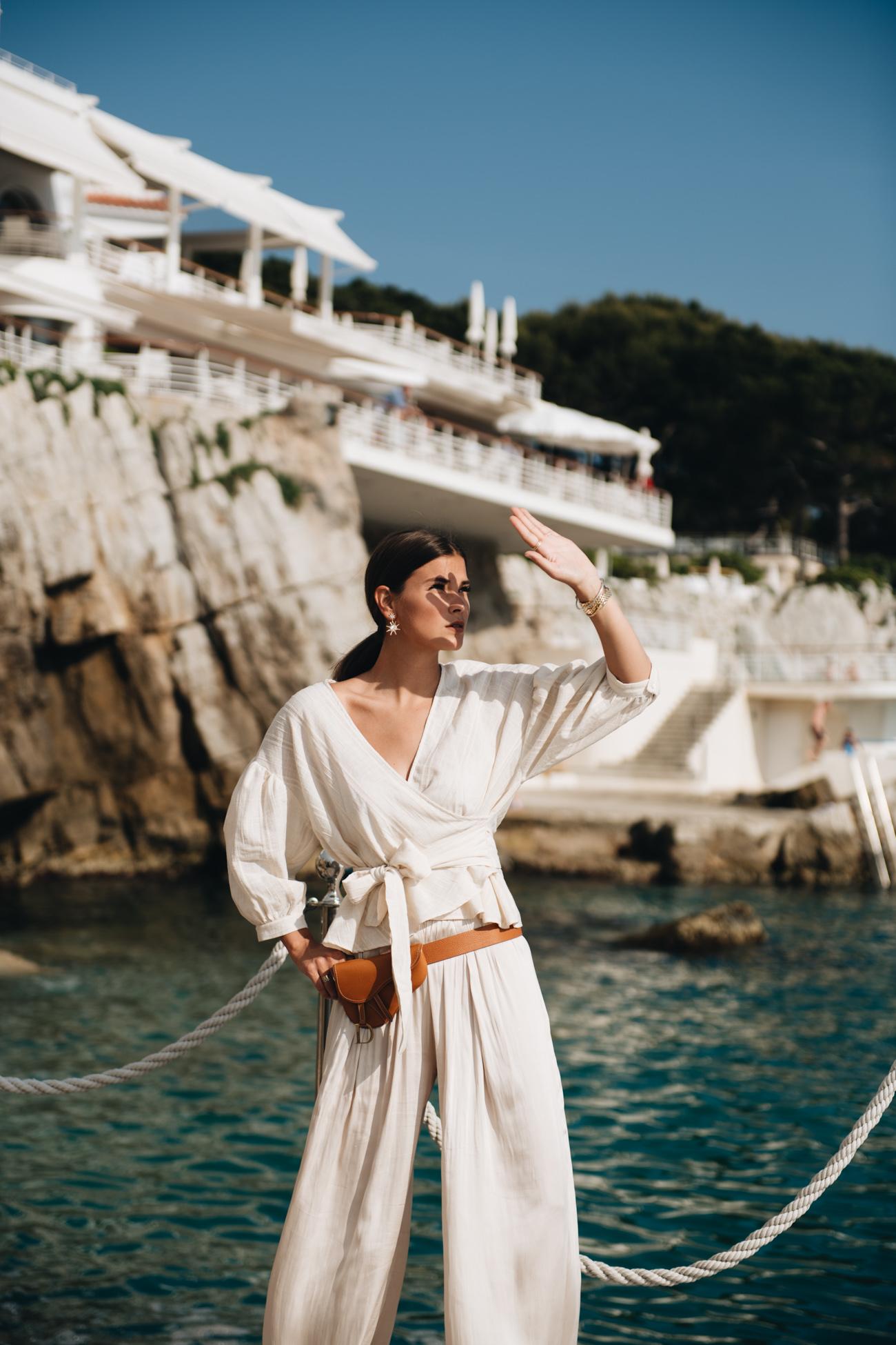 Nina Schwichtenberg auf Steg des Hôtel du Cap Eden Roc Cote Steg