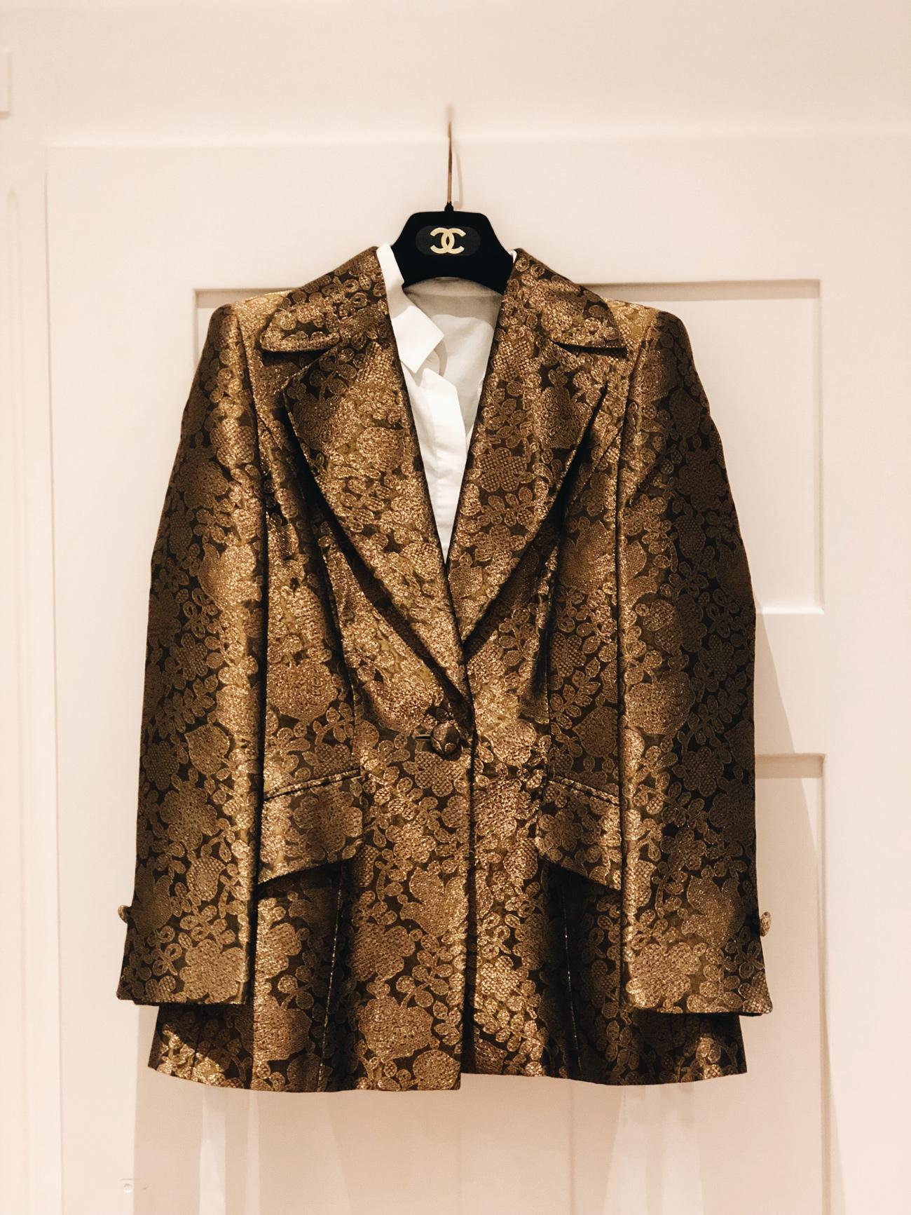 Escada Couture Blazer Braun Gold mit Chanel Samt Kleiderbügel