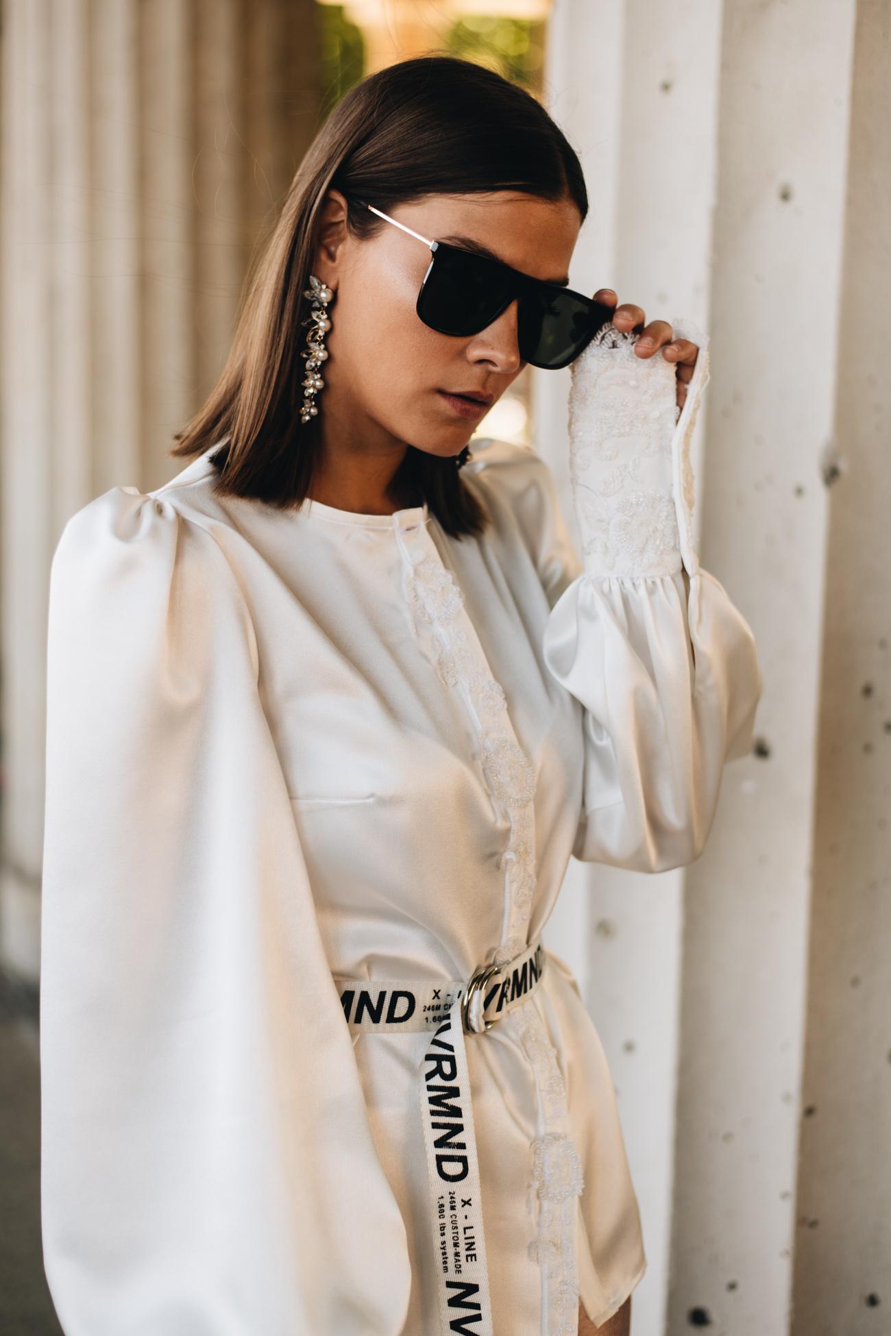 weiße Bluse mit Puffärmeln