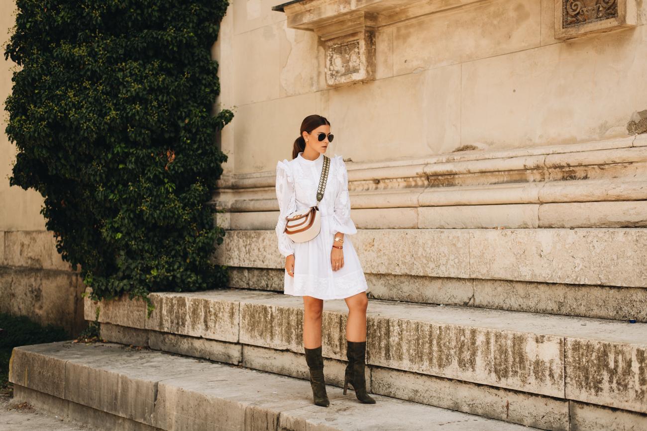 Kleid mit Stiefeln tragen