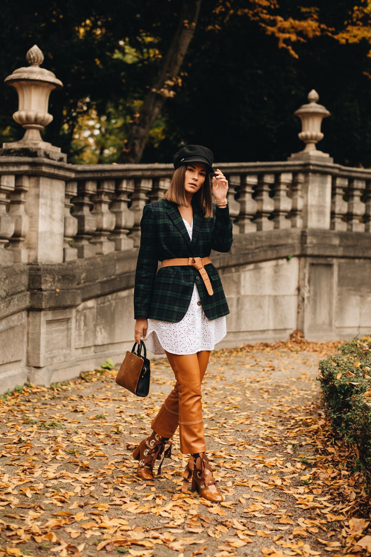Herbst Outfit mit Lederhose und Blazer