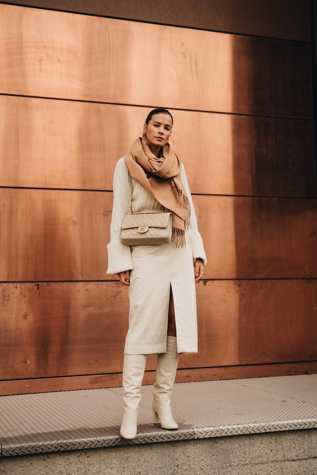 Outfit mit Midirock und Stiefeln