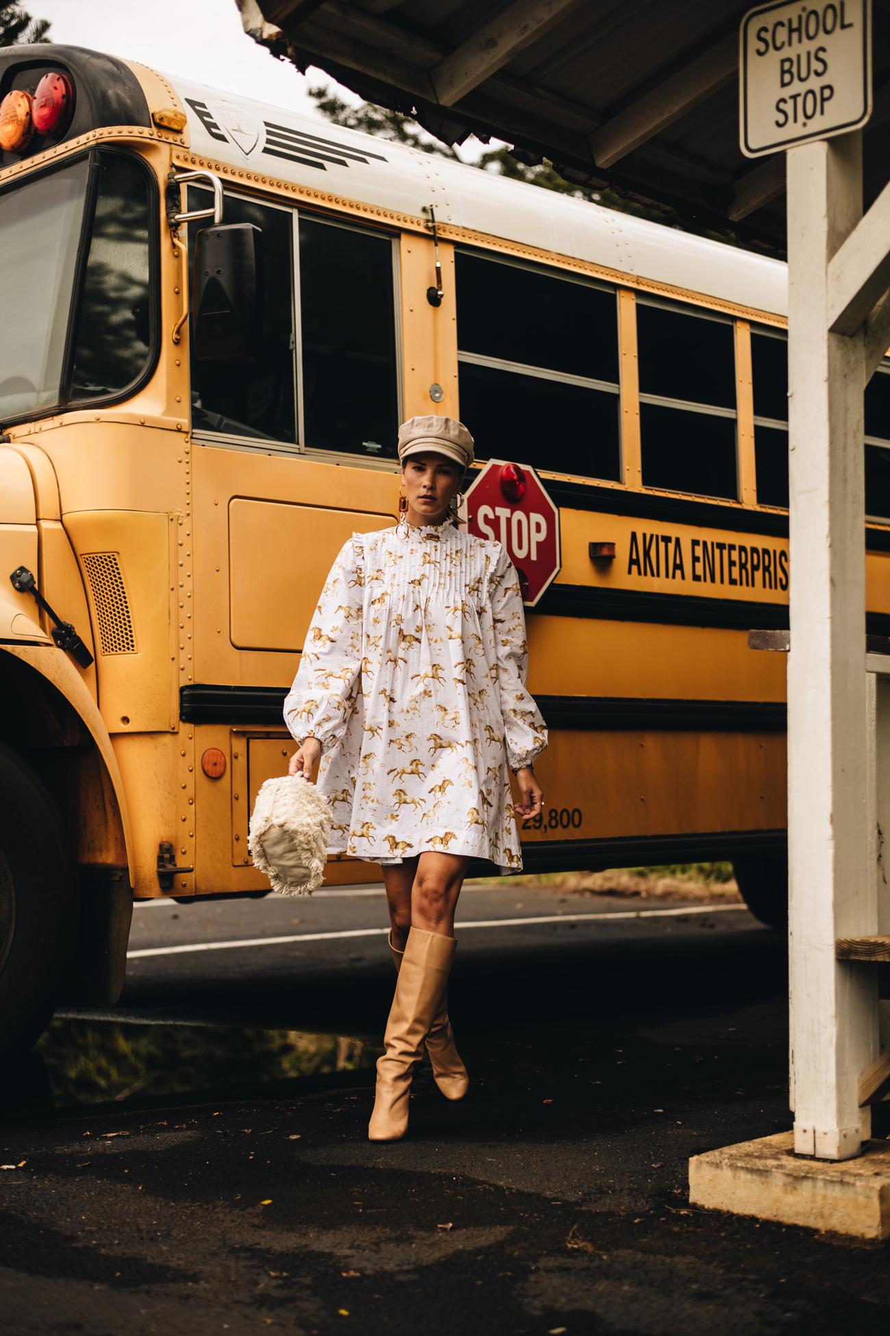 Kleid mit Stiefeln kombiniert