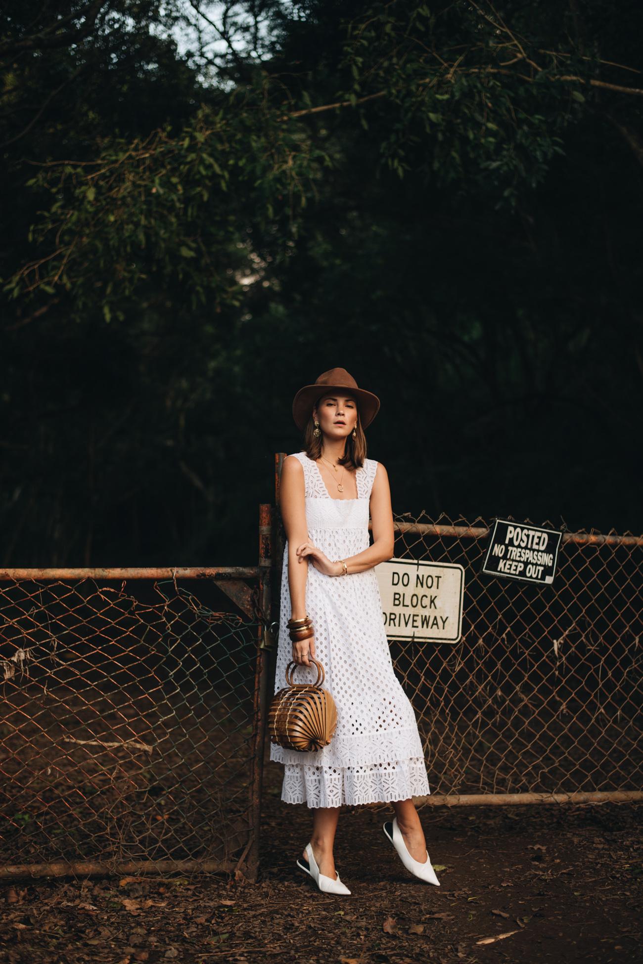 weißes Sommerkleid aus Spitze