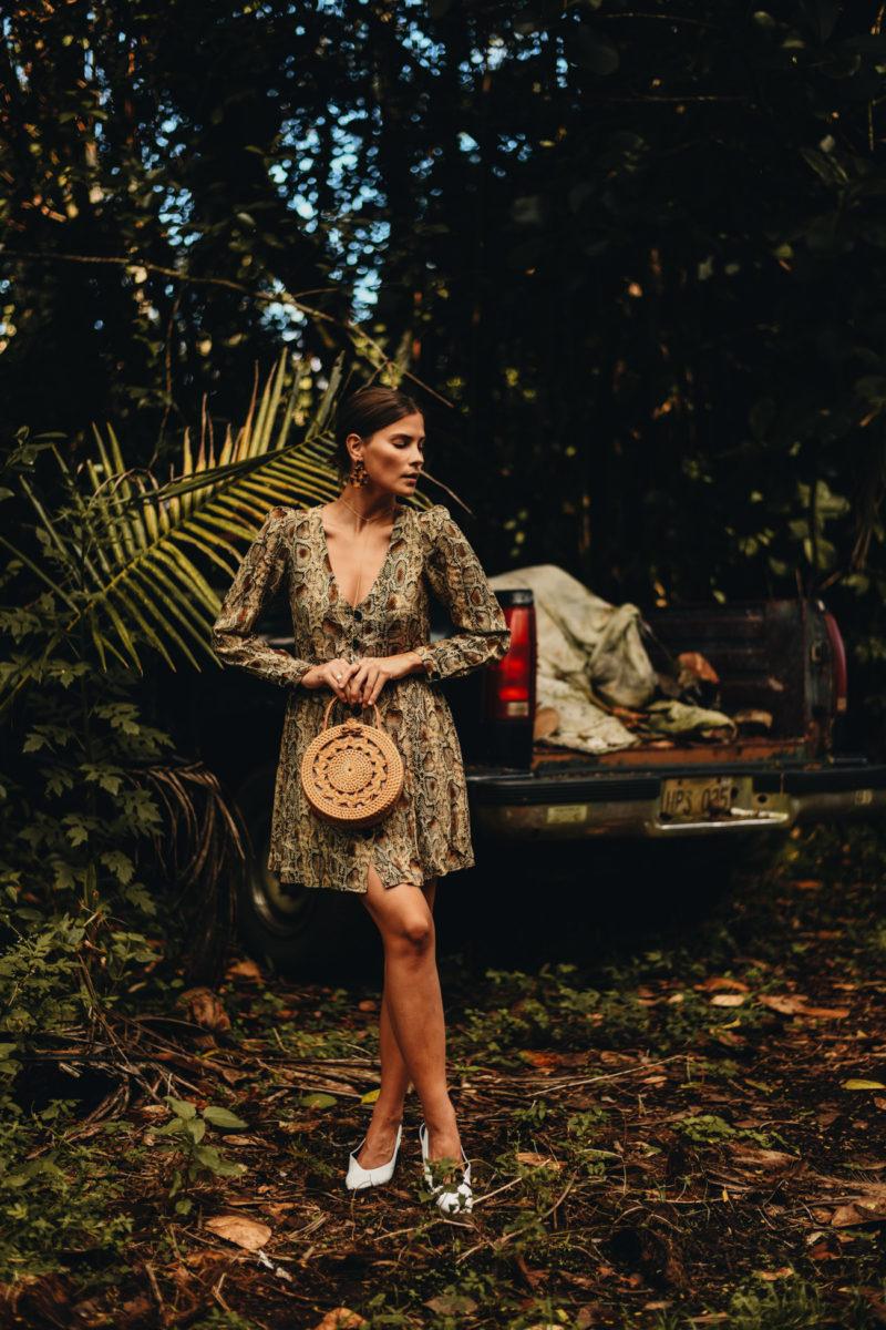 Outfit: Kleid mit Schlangenmuster, runde Bambus Handtasche und weiße Sandalen