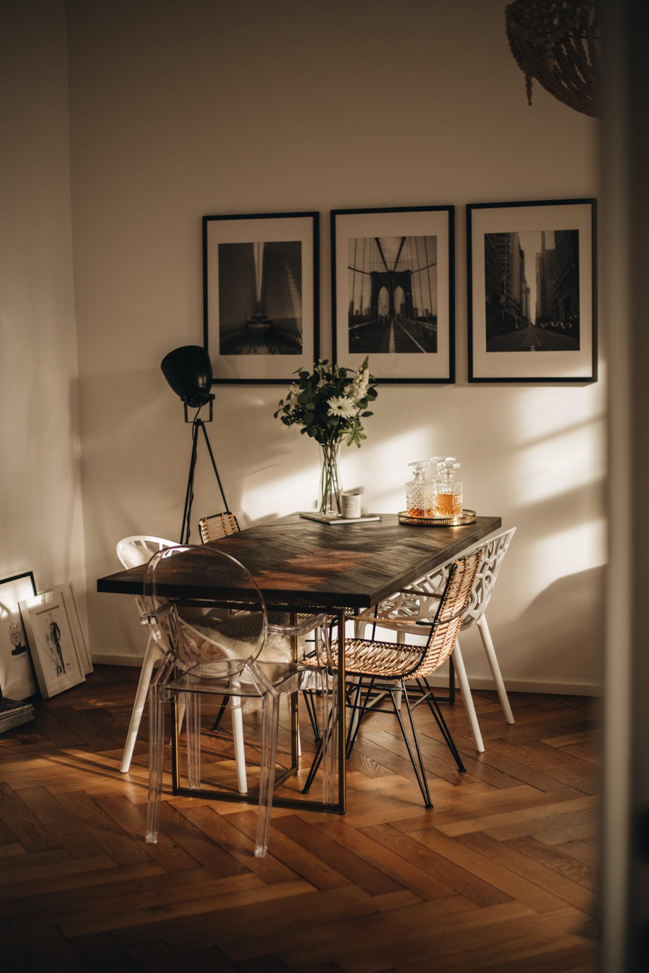 Esszimmer einrichten: Brauner Holztisch mit goldenen Füßen ...