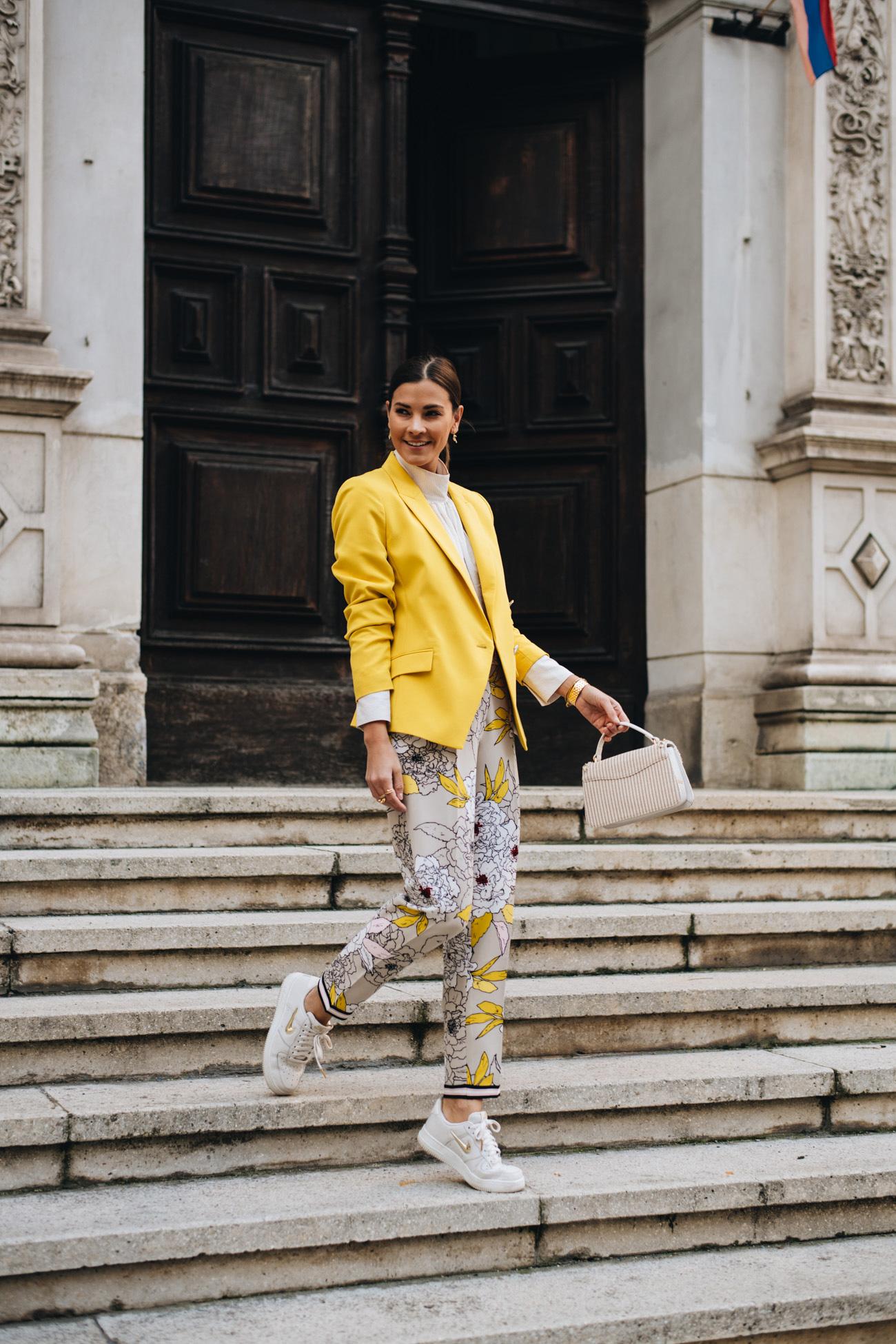 Sommer Outfit mit Blazer und Blumen Hose