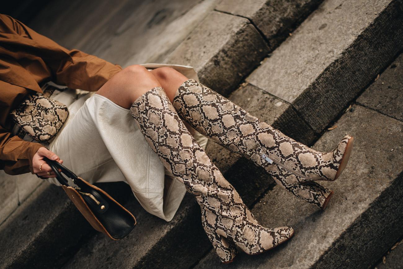 Stiefel mit Schlangenmuster