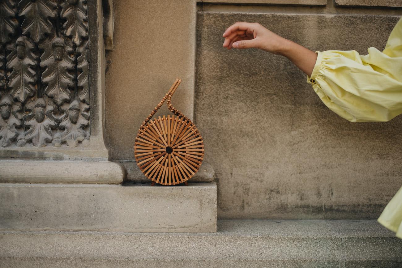 Cult Gaia Runde Holz Handtasche