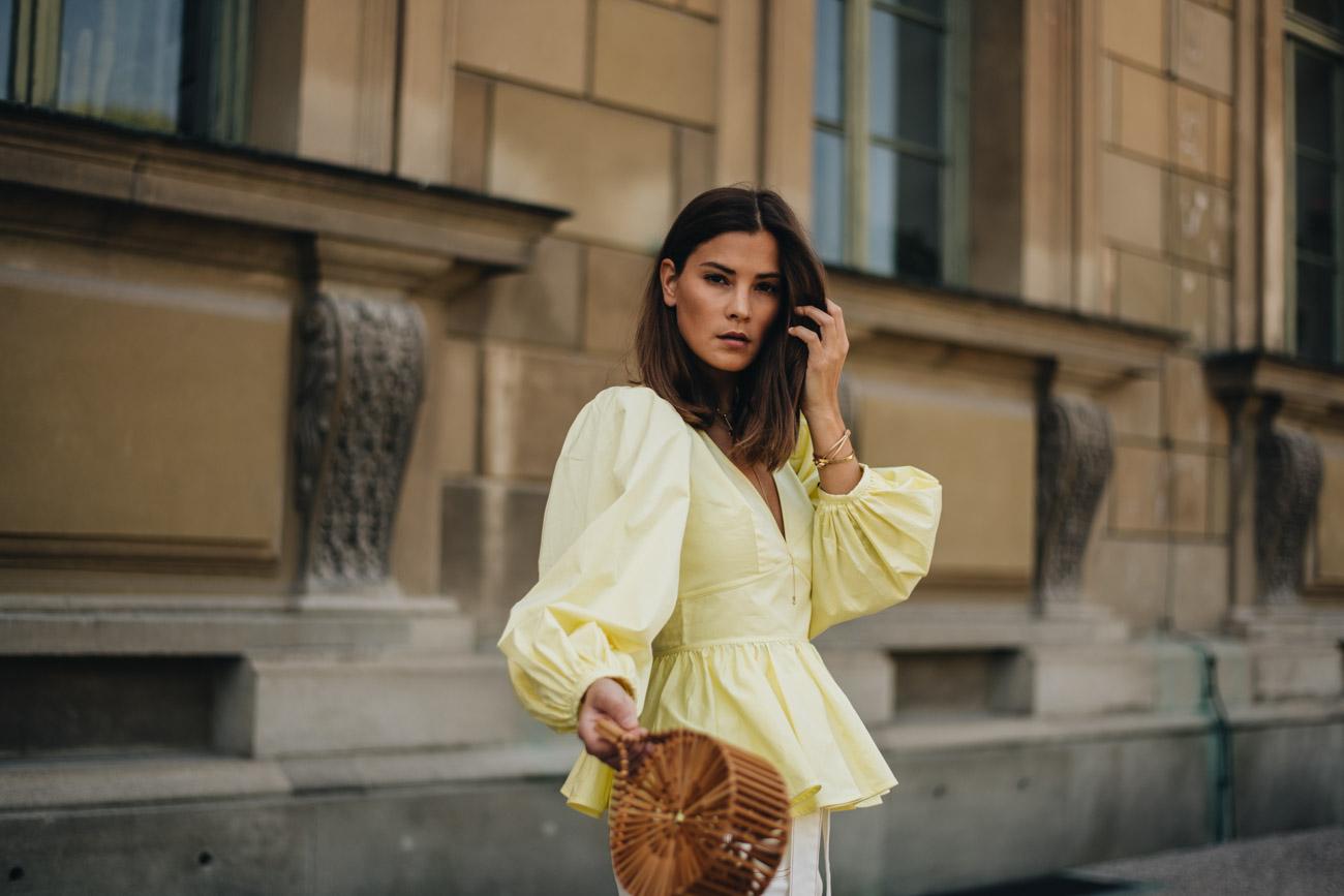 Gelbe Bluse mit V-Ausschnitt