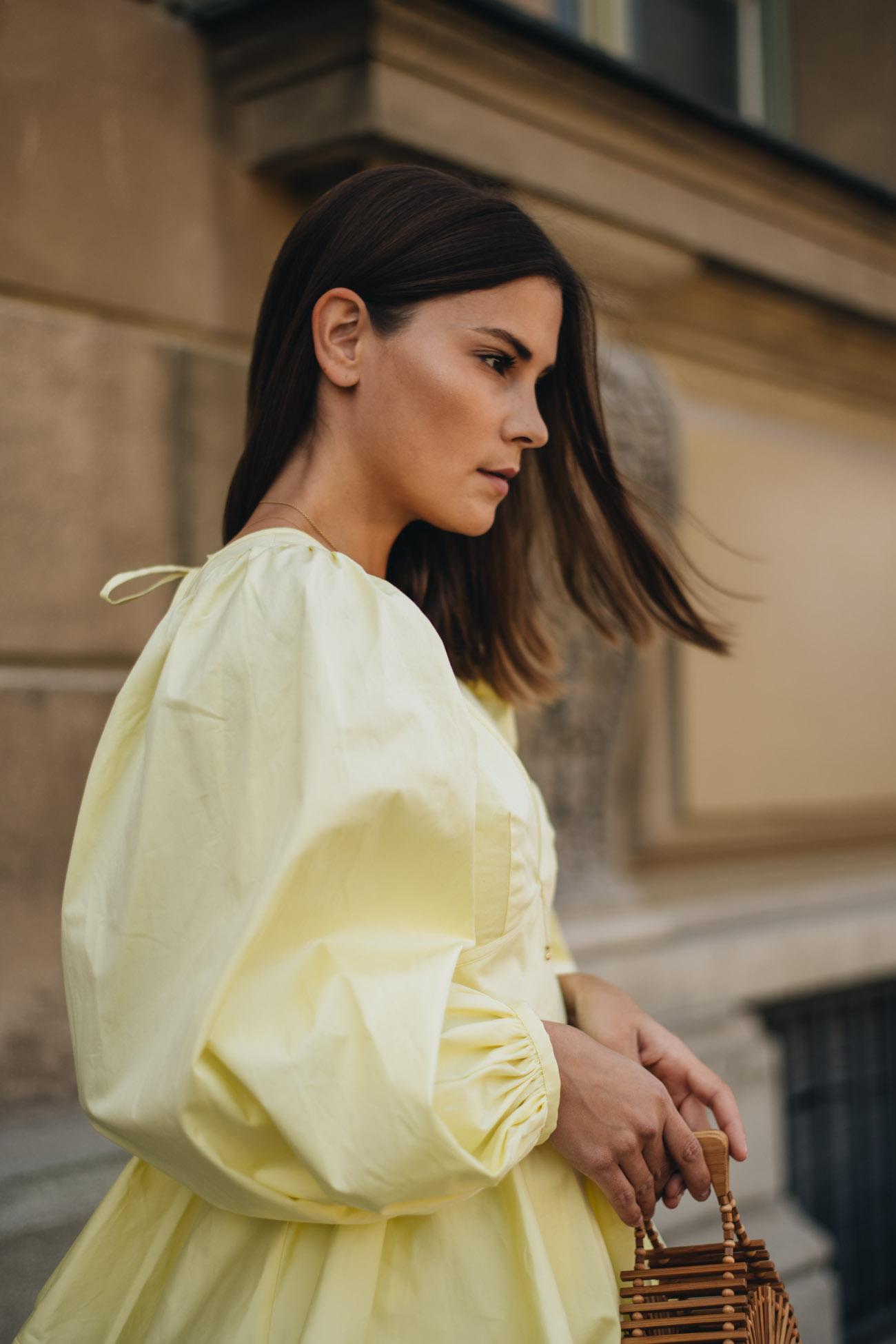 Gelbe Bluse mit Puffärmeln