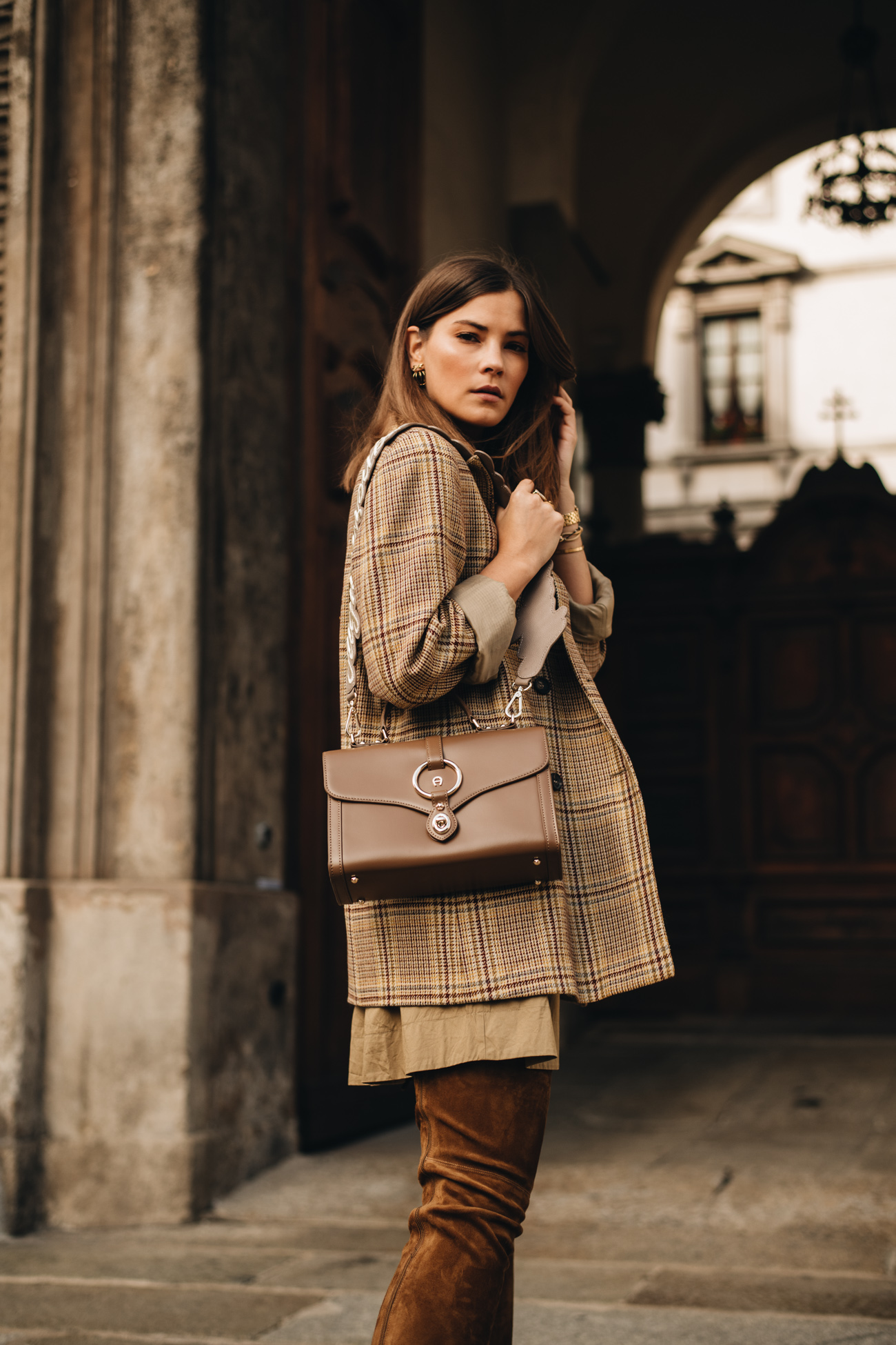 Herbst Outfit Inspiration mit Stiefeln und Kleid