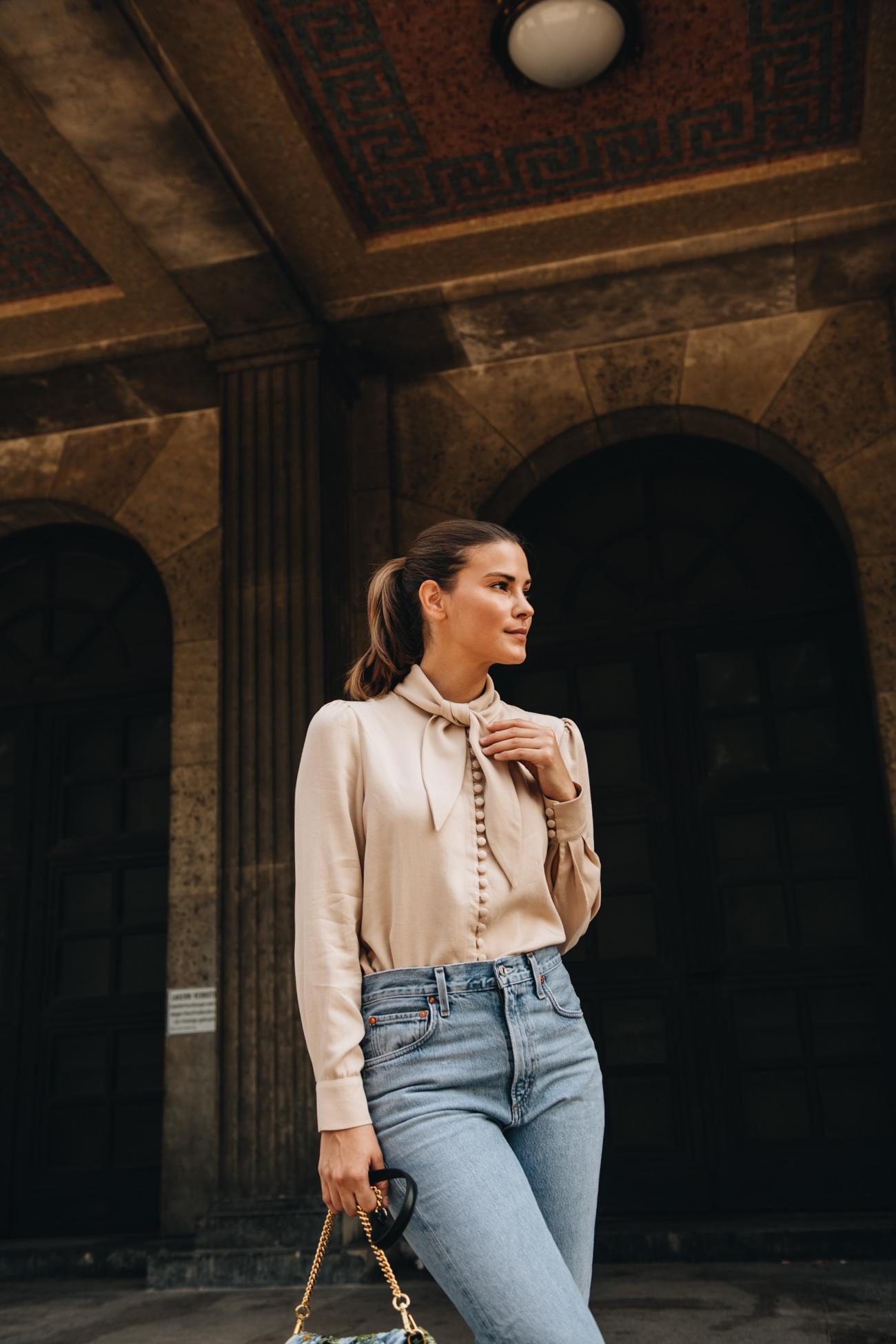 Outfit mit Schluppenbluse und Jeans