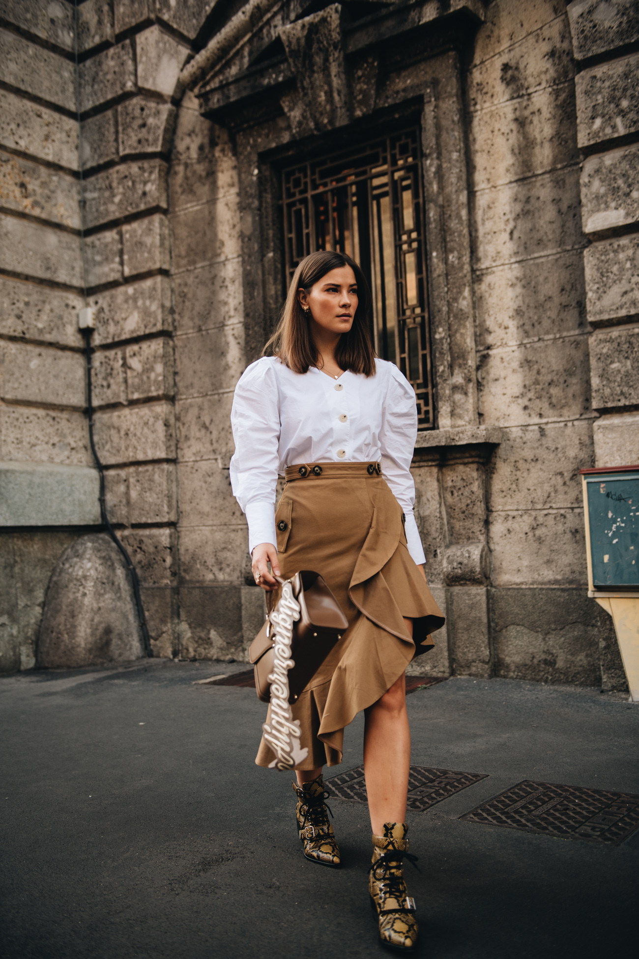 Herbst Outfit mit Rock, Bluse und Chloé Rylee Boots