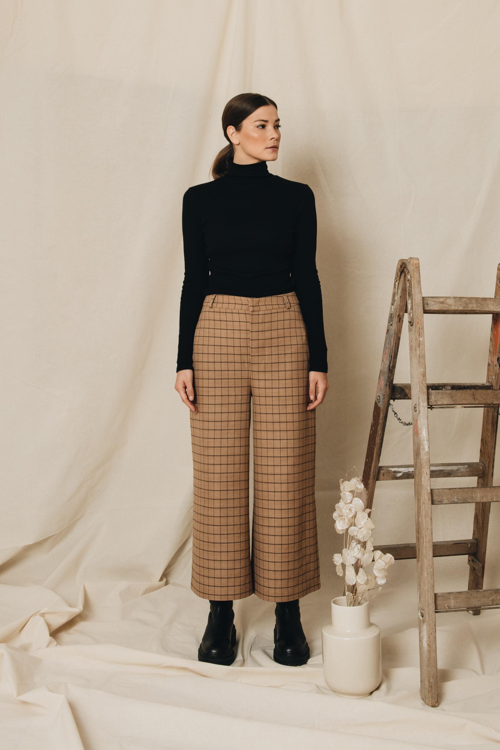 Karierte Culotte und schwarzer Rollkragen Pullover