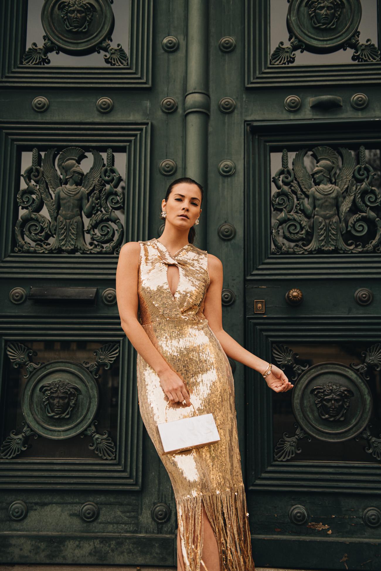 Goldenes Kleid mit Pailletten