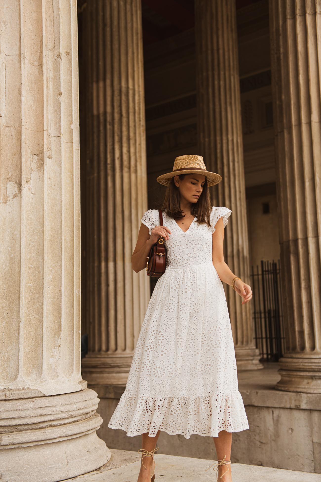Kleid aus weißer Lochspitze