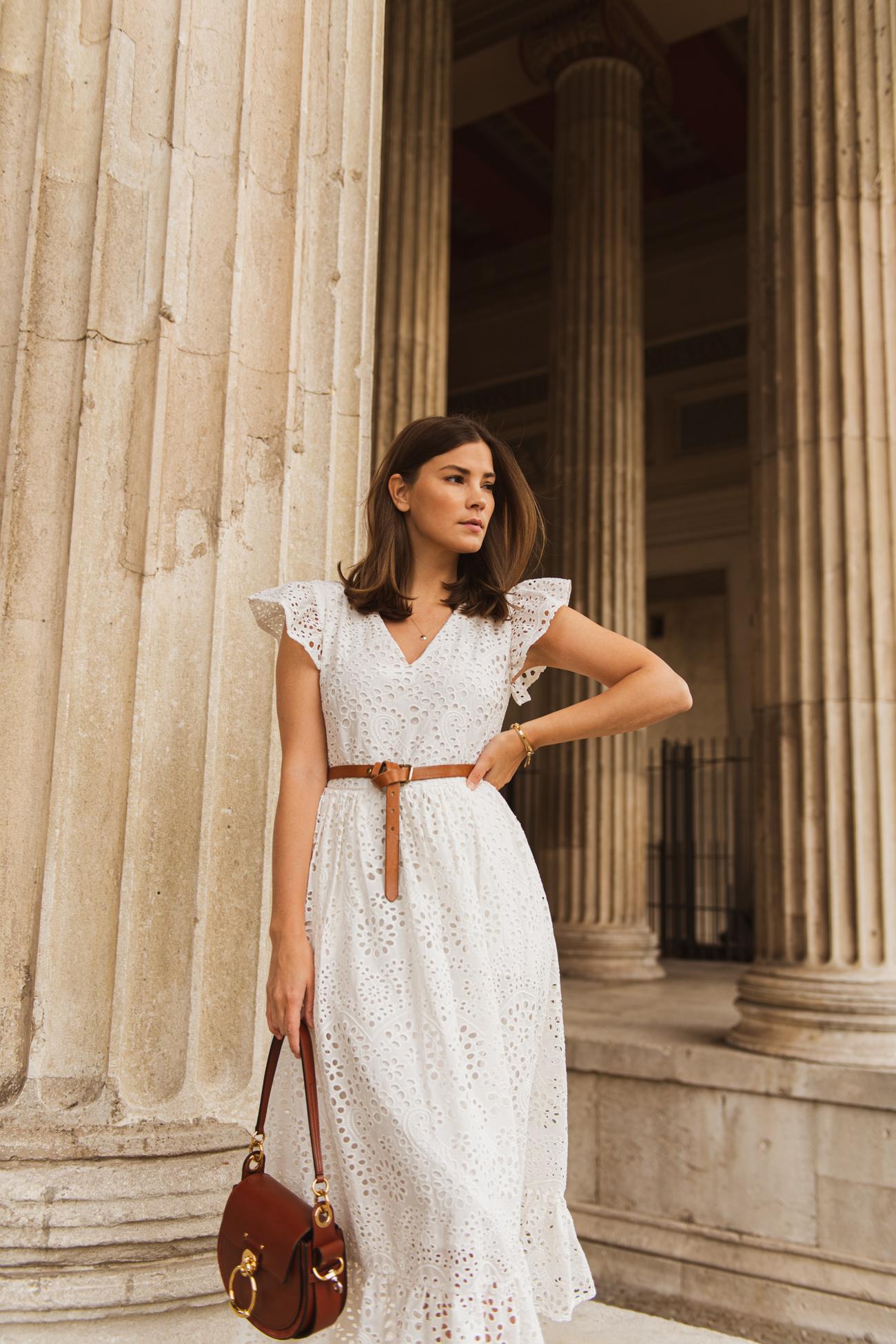 das perfekte weiße kleid aus lochspitze für den sommer